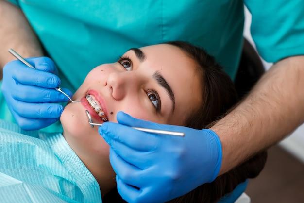 Красивая девушка на консультации у стоматолога