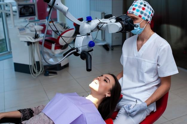 Красивая девушка на обследовании в стоматологии.