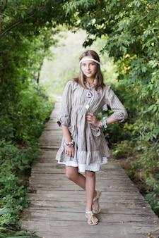 숲에서 오래 된 목조 다리에 아름 다운 소녀