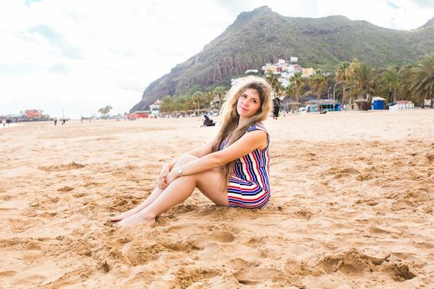 ビーチで美しい少女。幸せな笑顔の女性