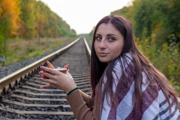 線路上の美しい少女。