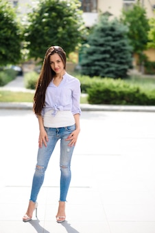 Красивая девушка на улице улыбается.