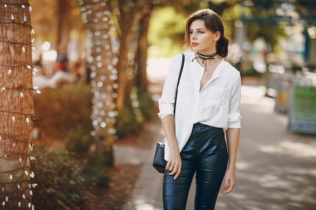 거리에서 아름다운 소녀