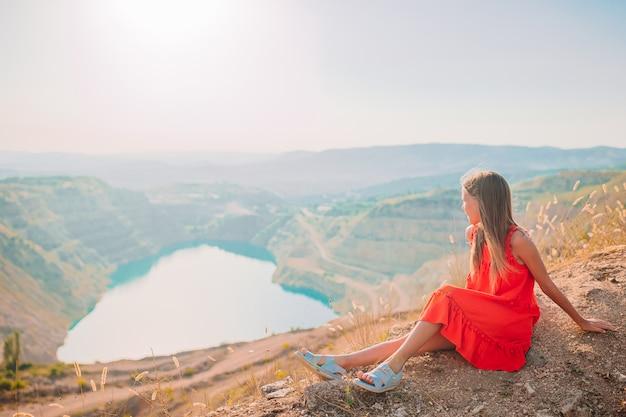 心のような湖の近くの休暇で美しい少女。