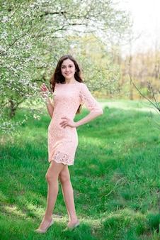Красивая девушка на открытом воздухе. Premium Фотографии