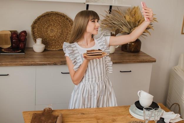美少女パティシエや主婦がケーキで自分撮りを作る料理ブログのコンセプト