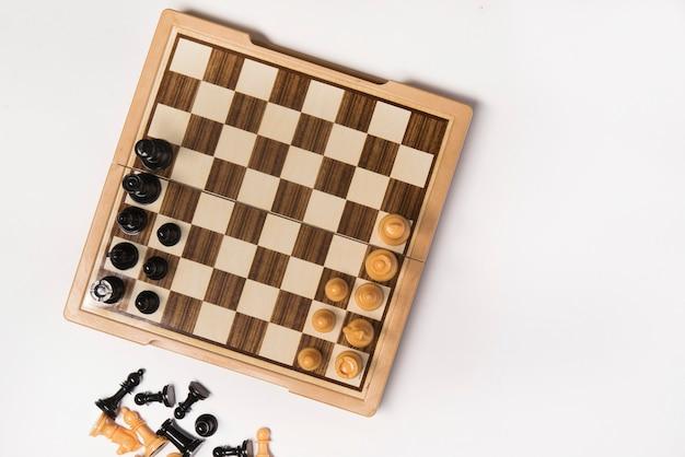 チェスをしている美しい少女