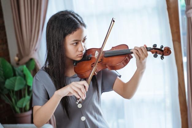 Красивая девушка играет на скрипке