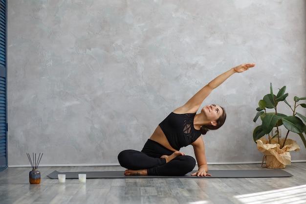 Красивая девушка практикующих боковой угол позы йоги.