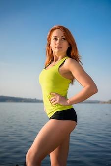 호수에서 아침 체조 후 편안한 아름 다운 소녀