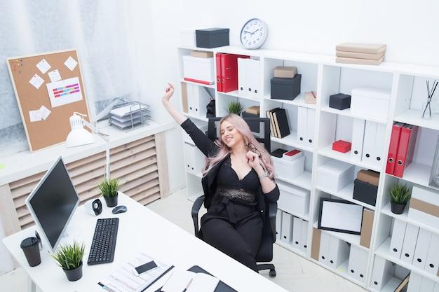 Красивая девушка отдыхает после тяжелого дня в офисе