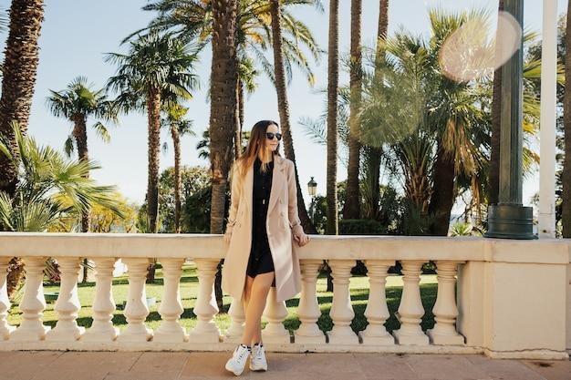 モナコで休んで休暇を楽しんでいる美しい少女。