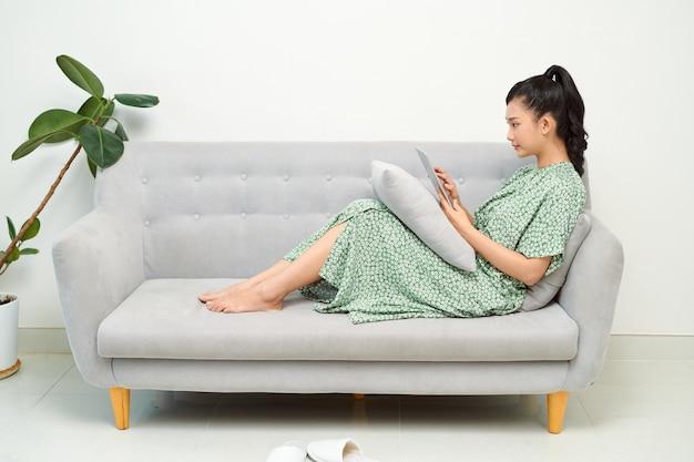 휴가에 집에서 쉬고 아름 다운 소녀입니다. 행복한 소녀들은 노트북을 사용하여 온라인 스트리밍을 시청합니다.