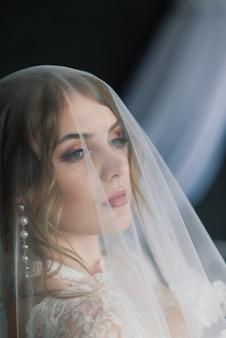 실내 스튜디오의 방에서 포즈 흰색 속옷에 아름 다운 여자 섹시 갈색 머리