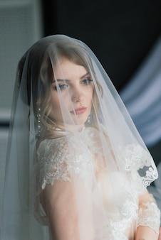 내부에 방에서 포즈 흰색 속옷에 아름다운 소녀 섹시한 갈색 머리