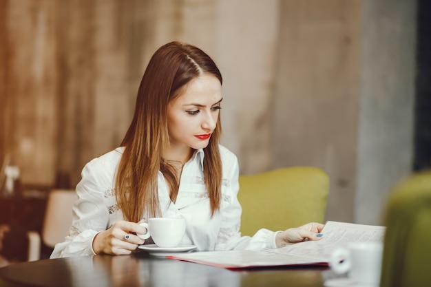 カフェに座っている美しい少女