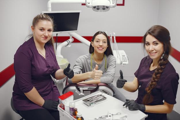歯科医のオフィスに座っている美しい少女
