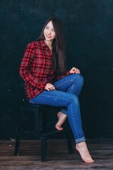 Красивая девушка сидит на лестнице