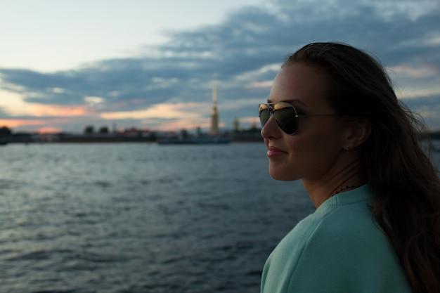 堤防の上に座っている美しい女の子。