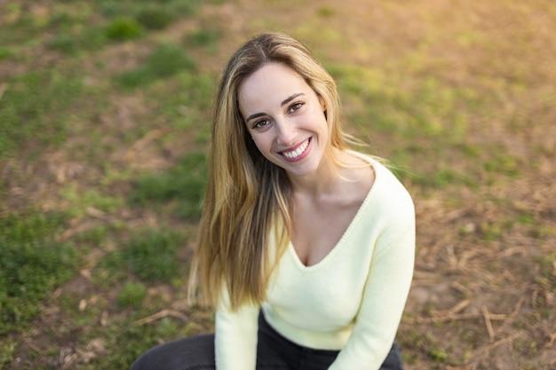 草の上に座っている美しい少女