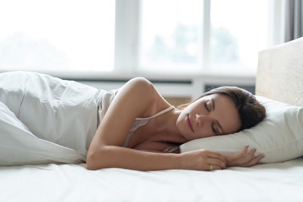 美しい少女は寝室で眠ります。