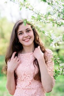 Красивая девушка улыбается в природе.