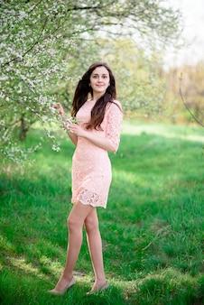 Красивая девушка улыбается в природе. Premium Фотографии