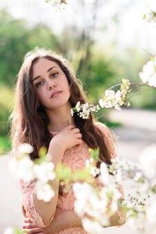 Красивая девушка улыбается в парке