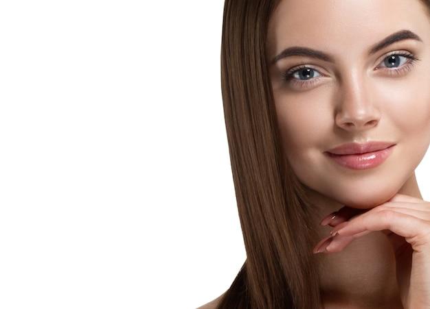 健康な肌と手マニキュアが顔に触れる髪の美しい少女滑らかな髪型の女性の美しさの肖像画。スタジオショット。