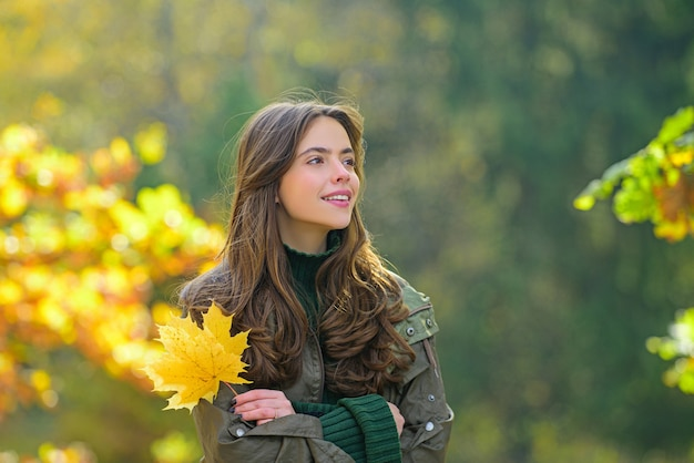 Beautiful girl in stylish fashion clothes in autumn park. beautiful woman outdoors in sunny day.