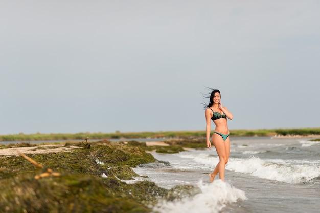 Красивая девушка загорает и купается в море