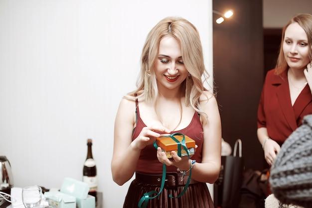 美しい少女は新年のプレゼントに贈り物をします