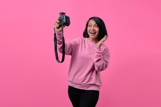 プロのカメラで自画像を撮る美少女。アジアの女の子の自分撮り