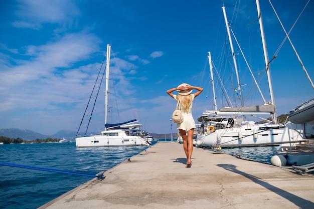 ポロスピアギリシャで歩く美しい少女観光客