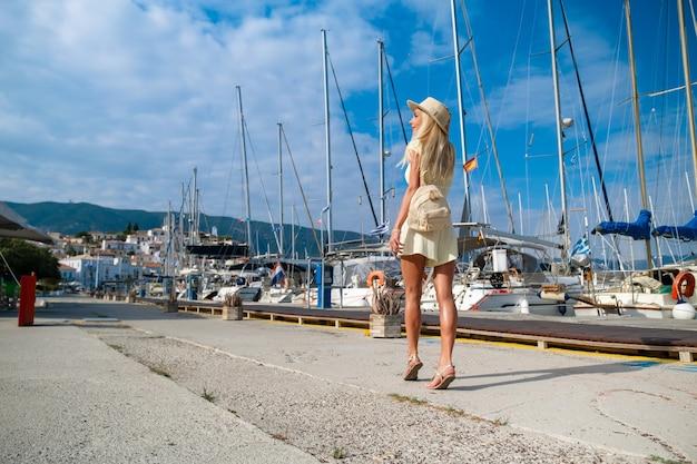 ポロスギリシャの街を歩く美しい少女観光客