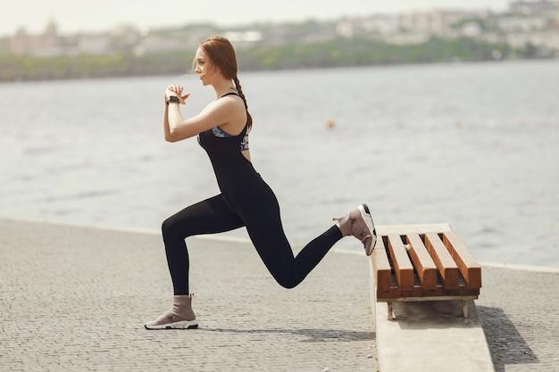 美少女トレーニング。スポーツウェアのスポーツの女の子。水辺の女性。