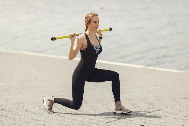 Тренировка красивой девушки. спортивная девушка в спортивной одежде. женщина у воды.