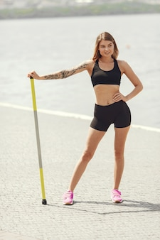 Тренировка красивой девушки. спортивная девушка в спортивной одежде.