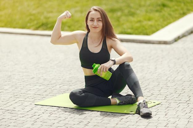 美少女トレーニング。スポーツウェアのスポーツの女の子。