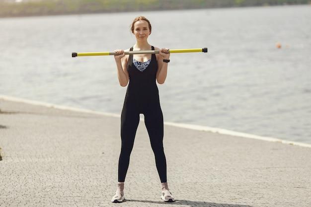 Bella ragazza di formazione. ragazza di sport in abiti sportivi. donna dall'acqua.