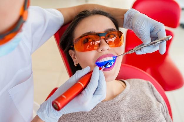 美しい少女は歯を扱いました