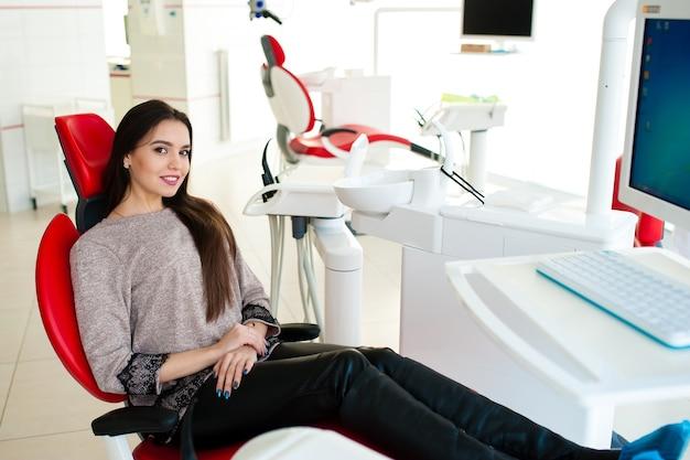 Красивая девушка лечила зубы
