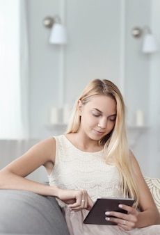 태블릿을 사용 하여 아름 다운 소녀