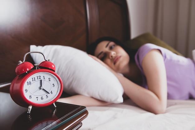 Красивая девушка просыпается с хорошим настроением