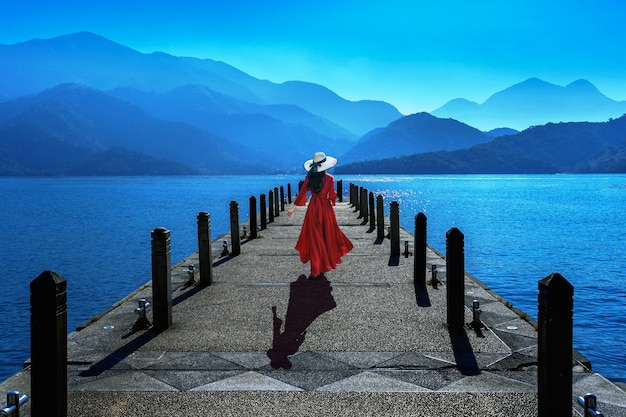 대만의 썬 문 레이크에서 걷는 아름 다운 소녀.