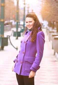 거리를 걷는 아름 다운 소녀