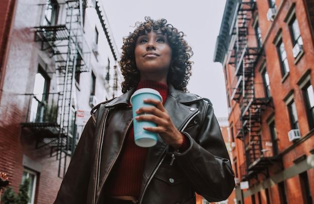 Красивая девушка, идущая в нью-йорке, концепция о нью-йорке и образе жизни