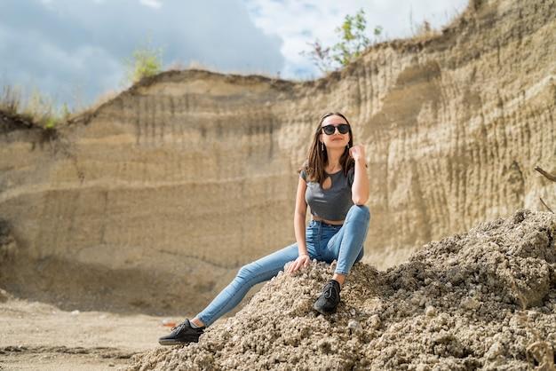 青い空と砂の上を歩く美しい少女。休暇に最適な夏の晴れた日