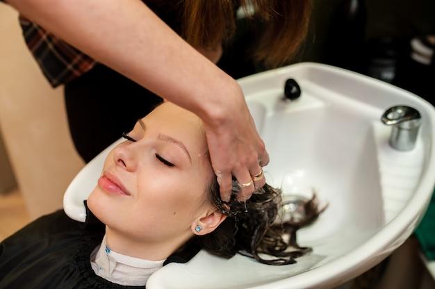 美しい少女は髪を洗う