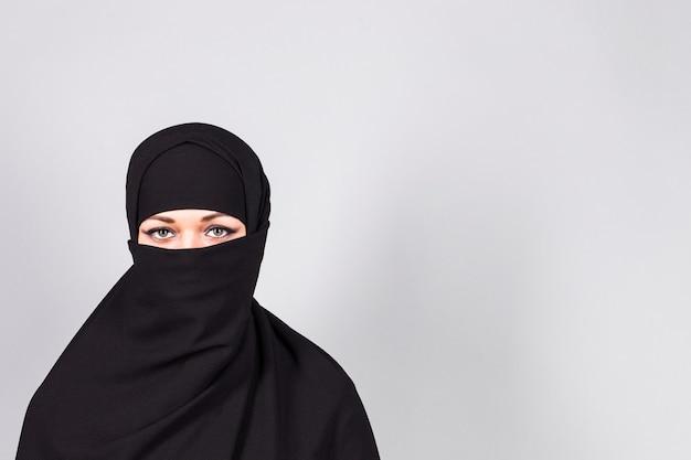 Niqab-회색 배경을 입고 아름다운 소녀